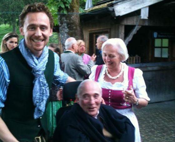 Том Хиддлстон с родителями