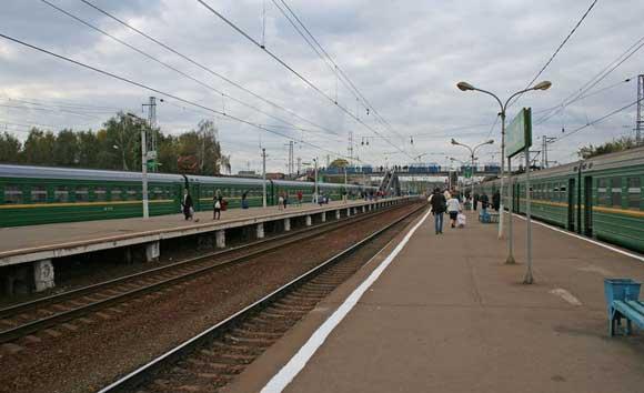 Переходившая пути молодая мать с младенцем попала под поезд