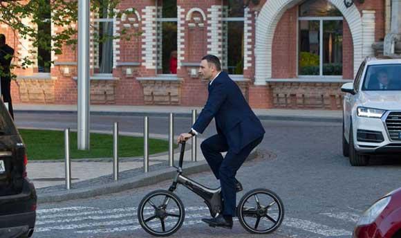 Виталий Кличко упал с велосипеда, когда ехал на работу