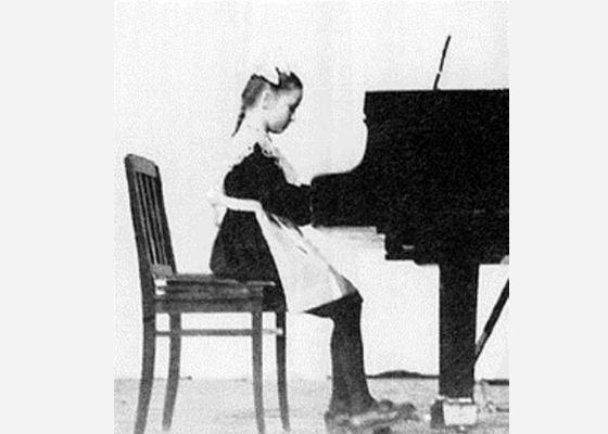 Мама мечтала сделать из Аллы великую пианистку