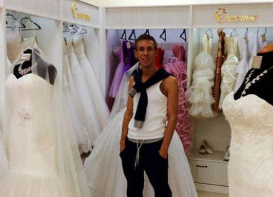 Актер лично выбрал будущей жене платье