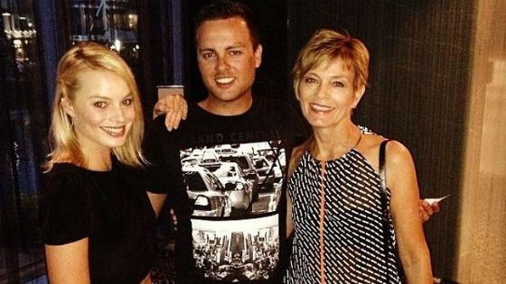 Margot Robbie with mom and brother Lachlan