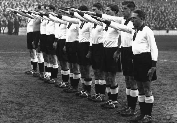 Футболисты нацистской Германии перед началом матча