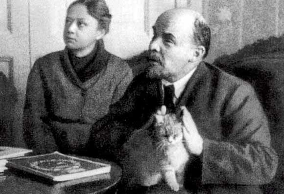 Владимир Ленин с супругой Надеждой Крупской и котом