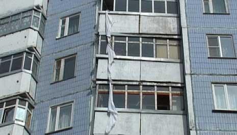 Спускавшийся по простыням из окна москвич упал с высоты шестого этажа