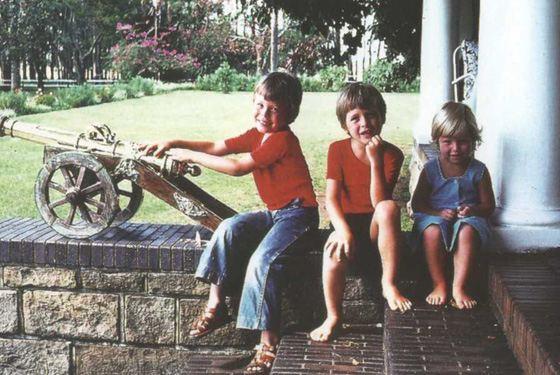 Элон Маск в детстве с братом и сестрой