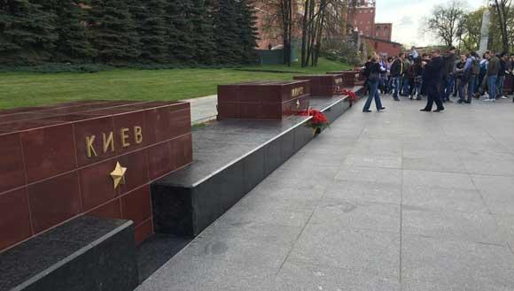 К стеле Киева не принесли цветов