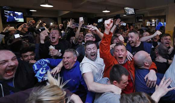 Фанаты ФК «Лестер Сити» не могут сдержать эмоций