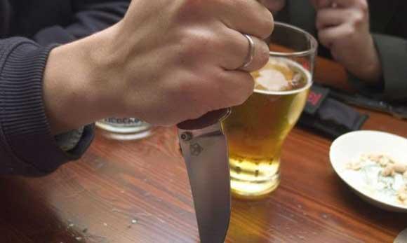 Белорус напал на сожительницу с ножом из-за волоса в еде
