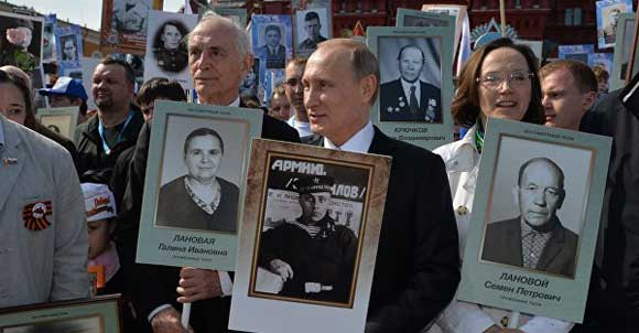 Владимир Путин и другие участники акции «Бессмертный полк»