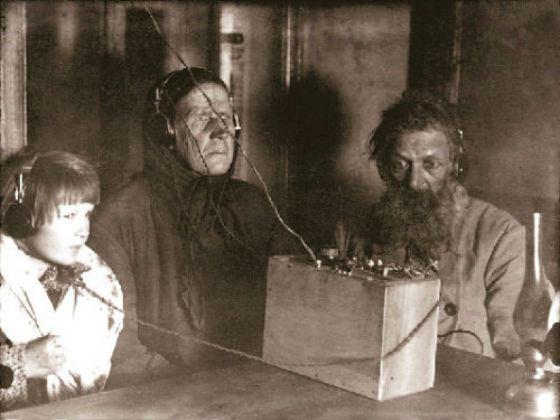 Семья крестьянина Воронова слушает радио, 1928 год