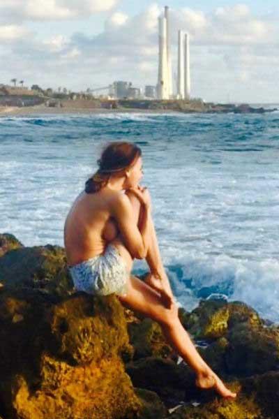 Любовь Толкалина на берегу моря