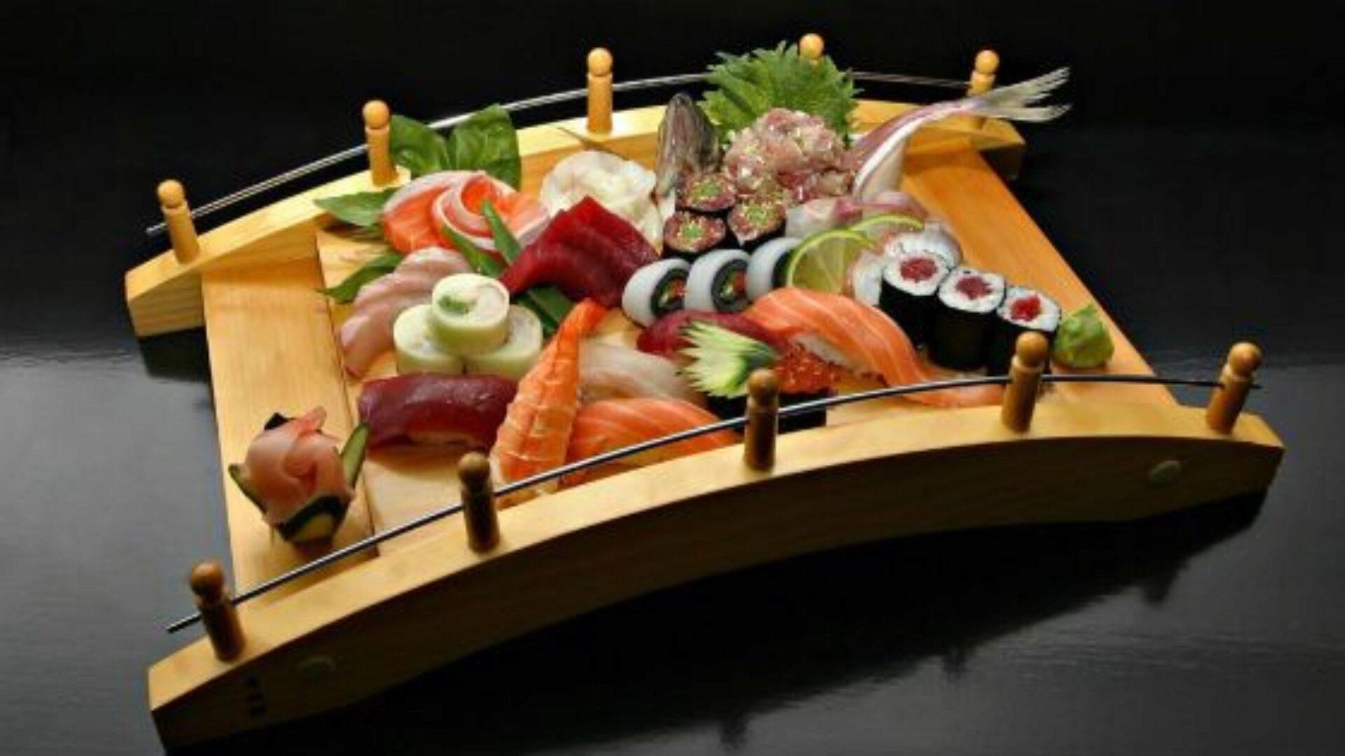 Суши часто делают с сырой рыбой