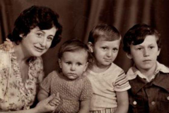 Детское фото Ани Лорак (вторая слева)