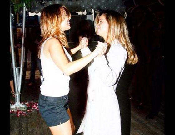 Ольга и Жанна танцуют, взявшись за руки