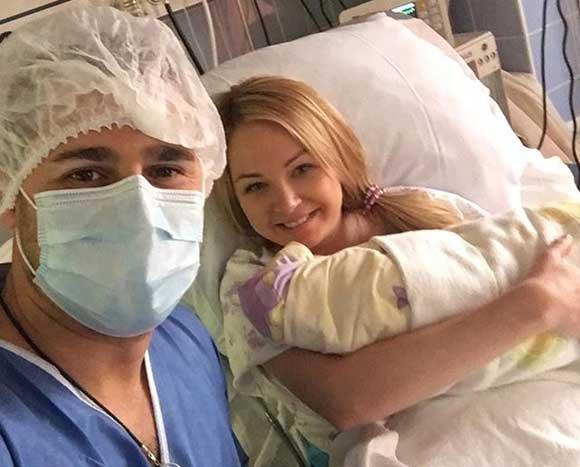 Дарья Пынзарь с мужем и новорожденным сыном