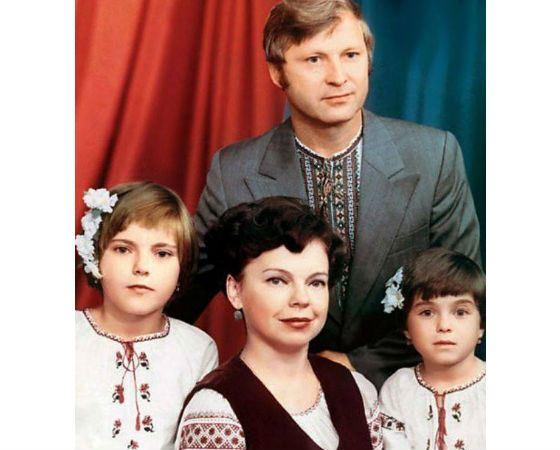 Наташа Королева (справа) с родителями и сестрой Ириной