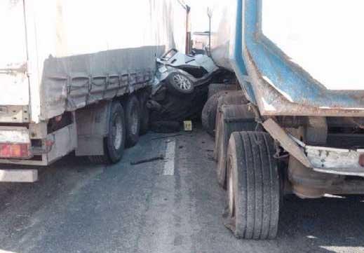 На Киевском шоссе две фуры смяли легковушку со спящими людьми