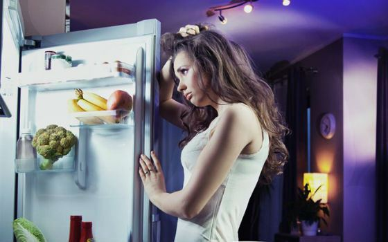 Сну одинаково вредит голод и переедание