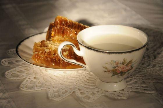 Молоко с медом подойдет детям и взрослым