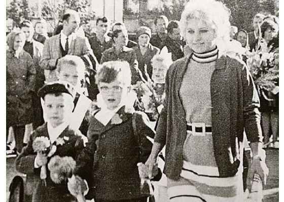 Школьное фото Дмитрия Медведева (слева)