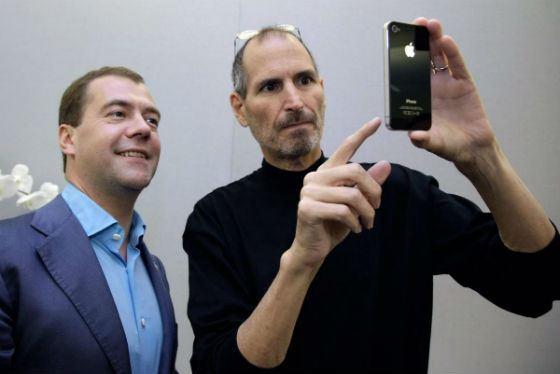 Стив Джобс подарил Дмитрию Медведеву айфон
