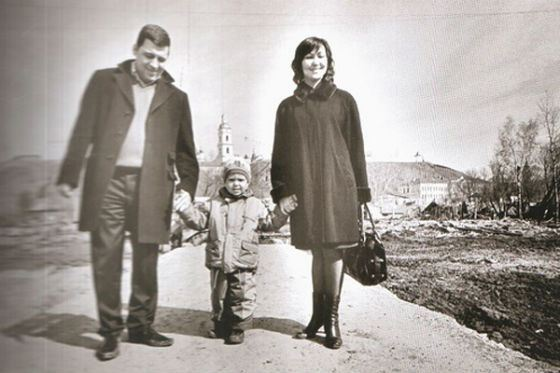 Evgeny Kuyvashev with his wife and son (photo from the archive of politics)