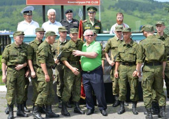 Александр Бердников провожает внука в армию