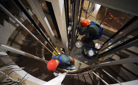 В Москве упал в шахту лифт с рабочим внутри