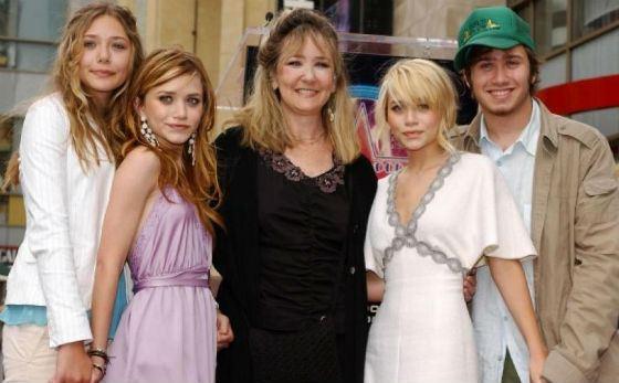 На фото: все дети Олсен с мамой