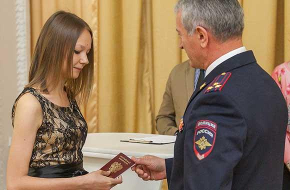 14-летняя жительница Нижнего Тагила Россия получает паспорт
