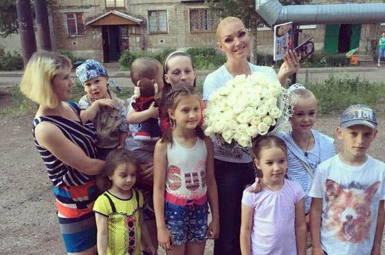 Анастасия Волочкова с маленькими поклонниками