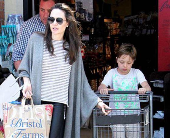 Анджелина Джоли даже в жару не снимает шерстяную накидку