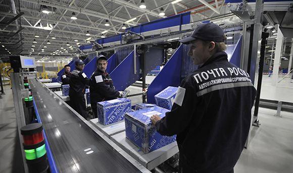 В «Почте России» накрыли группу сотрудников, которые вскрывали посылки