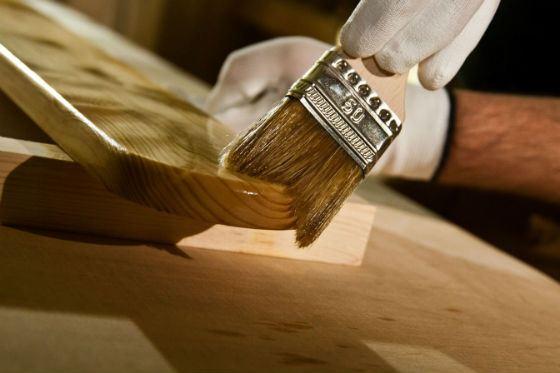 Красить и  покрывать лаком необходимо при открытой форточке