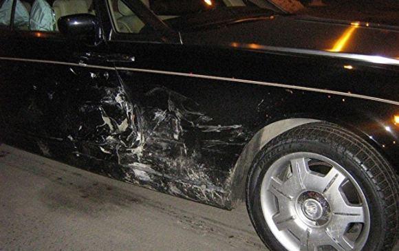 Помятая дверь автомобиля Rolls-Royce Аристова