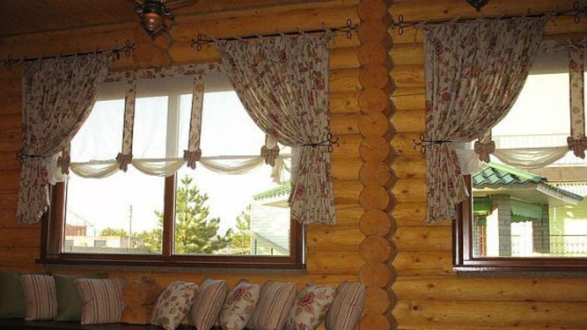 Для стиля кантри характерно использование штор в мелким растительным орнаментом