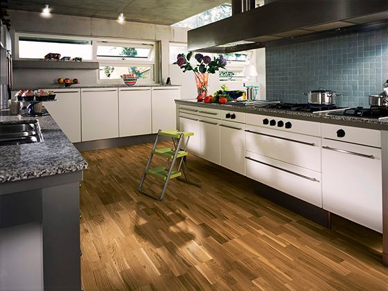 Хороший ламинат для кухни не боится ударов, царапин и трещин