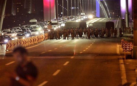 Турецкие военные перекрыли мосты чрез Босфор