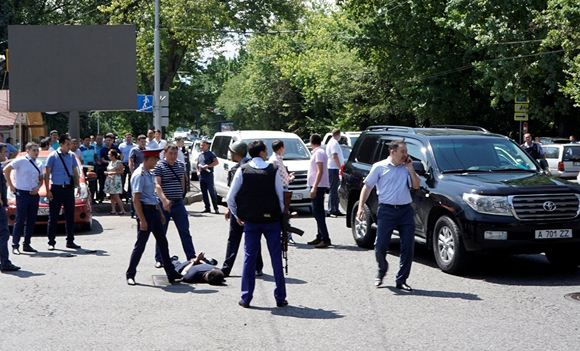 В Алма-Ате террористы совершили нападение на полицейский участок
