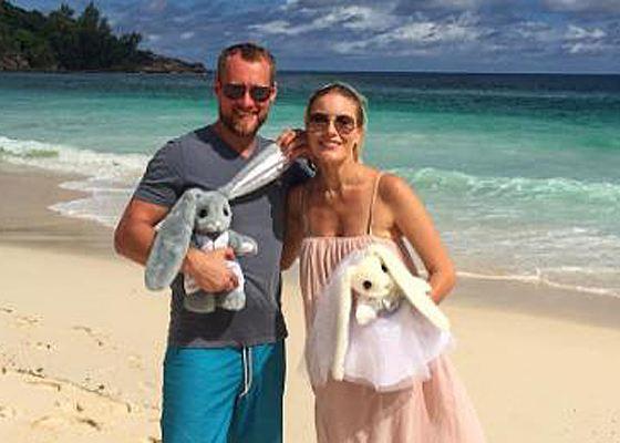 Елена и Юрий со свадебными подарками
