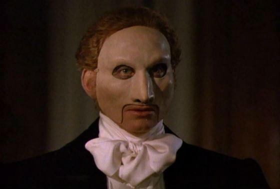 В 1990 Чарльз Дэнс сыграл Призрака оперы в одноименном телеспектакле
