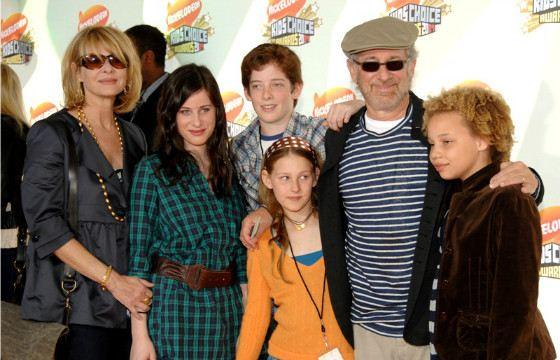 Семья Спилберга воспитывает не только родных, но и приемных детей