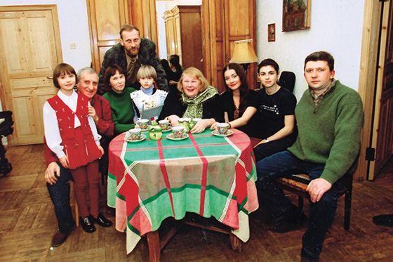 Людмила Иванова с семьей: мужем, сыновьями и внуками