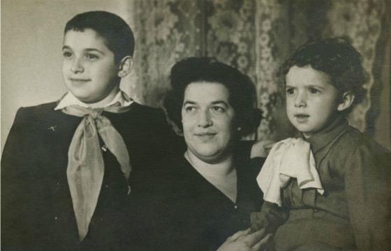 Юлий (слева), его мама и брат Михаил