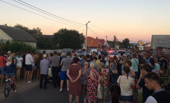 Стихийный митинг у дома подозреваемых в убийстве дочери родителей, Озеры