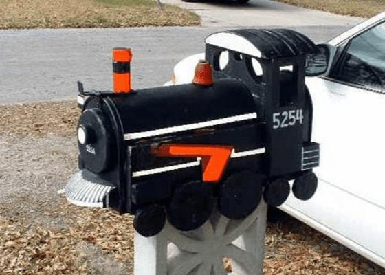 Почтовый ящик в виде паровоза