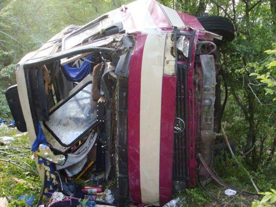 Автобус упал с 50 м обрыва