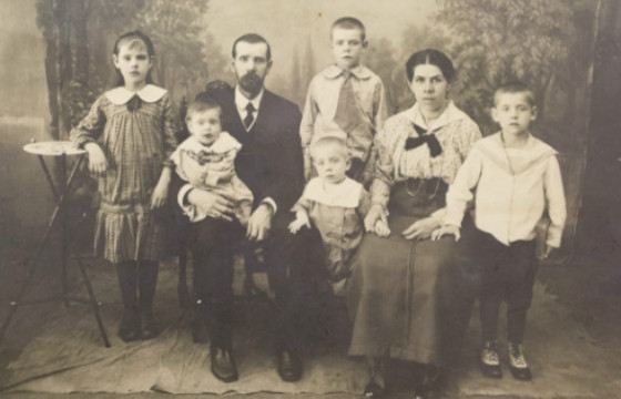 Arthur and Charlotte Freindlich with children Cecilia and Arthur (in the upper row), Dagmara, Edward, Bruno (in the lower row).
