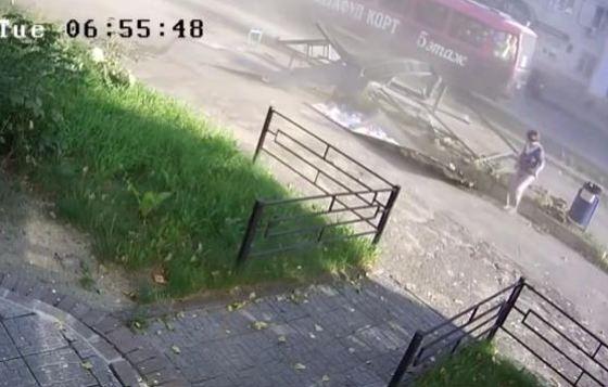 Женщина выбирается из-под обломков конструкции и уходит в безопасное место